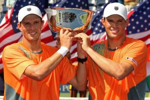 Bob and Mike Bryan with USOpen trophy